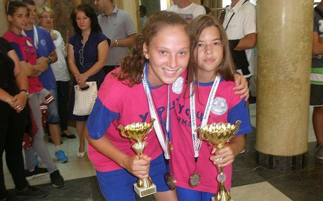 Kapiten Biljana Ilic (15) i Elena Krstic( 10) najmladja Sumadinka